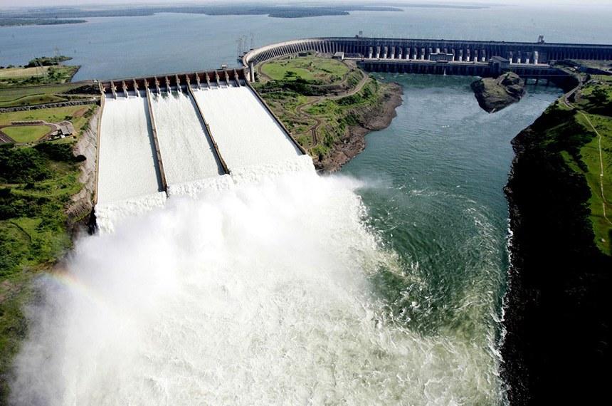 Vista parcial da principal barragem da usina  Itaipu Binacional. A Usina Hidrelétrica de Itaipu,  maior do mundo em operação, é um empreendimento binacional desenvolvido pelo Brasil e pelo Paraguai no Rio Paraná. A potência instalada da  usina é de 12.600 MW (megawatts), com 18 unidades geradoras de 700 MW cada. Rio Paraná, no trecho de fronteira entre o Brasil e o Paraguai, 14 km ao norte da Ponte da Amizade.