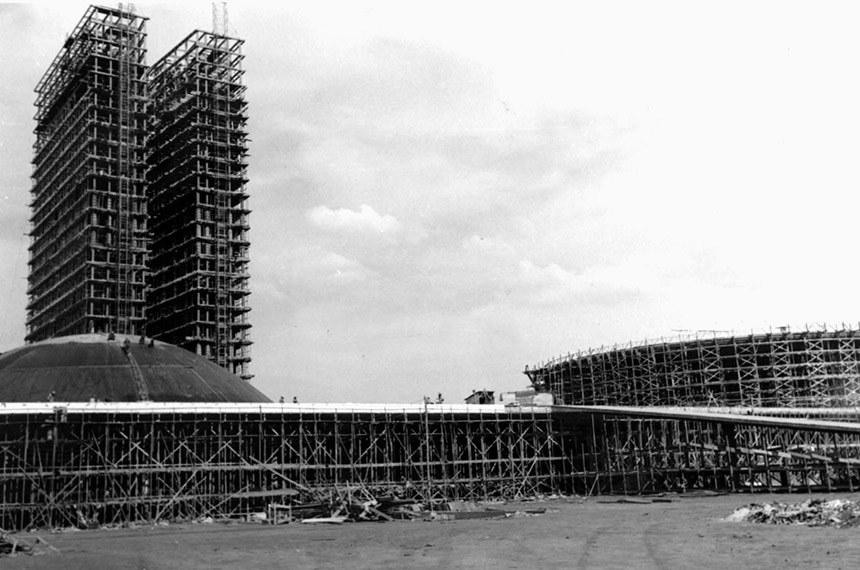 Crédito: Arquivo Público DF Data da foto: 1959 Local: Brasília-DF Assunto - Construção Brasilia JK  Descrição: Vista parcial das obras de edificação do prédio do Congresso Nacional.
