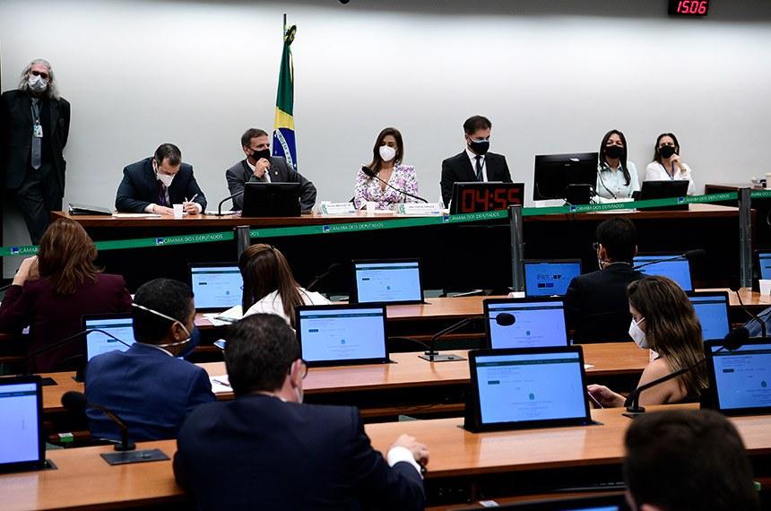 Comissão Mista de Planos, Orçamentos Públicos e Fiscalização (CMO) realiza reunião para apreciação do relatório preliminar do orçamento de 2021.   Mesa: relator do Orçamento Geral da União para 2021, senador Marcio Bittar (MDB-AC); presidente da CMO, deputada Flávia Arruda (PL-DF); secretário da CMO, Walbinson Tavares de Araújo; 1º vice-presidente da CMO, senadora Eliziane Gama (Cidadania-MA).  Foto: Pedro França/Agência Senado