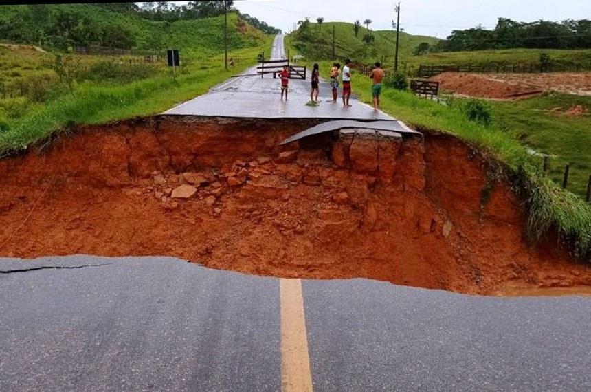 Em menos de 36hs, as equipes do DNIT garantiram a trafegabilidade no Km 610 da BR-364/AC. O segmento foi rompido no domingo pelo grande volume de chuva no Vale do Juruá. A interrupção total da rodovia, nas imediações de Tarauacá, deixou sem acesso os moradores de Cruzeiro do Sul.