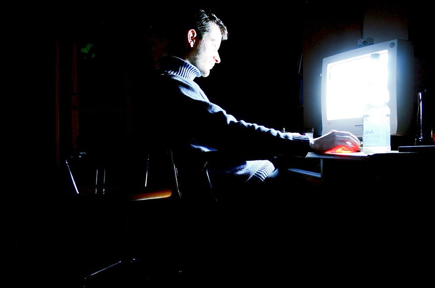 Foto 208 Espionagem_genéricas  Hacker in the darkness   Its me in front of my brothers computer.