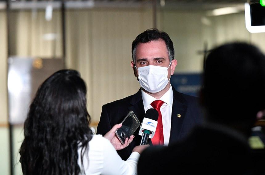 Presidente do Senado Federal, senador Rodrigo Pacheco (DEM-MG), concede entrevista após sessão.   Foto: Leopoldo Silva/Agência Senado