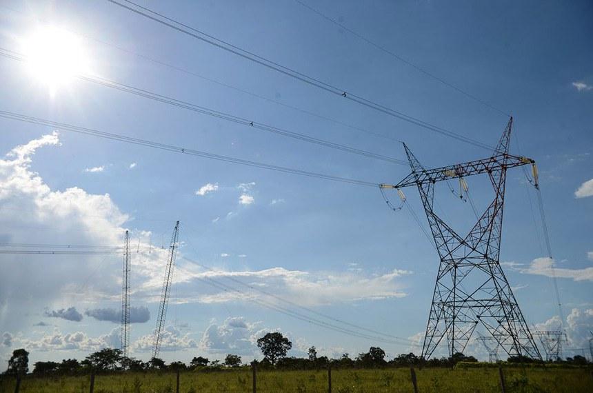 A Comissão de Infraestrutura do Senado aprovou nesta terça-feira (3) o substitutivo do Projeto de Lei do Senado (PLS) 232/2016, que estabelece o novo Marco Regulatório do Setor Elétrico.  O relatório do senador Marcos Rogério (DEM-RO) prevê um mercado livre de energia, com a possibilidade de portabilidade da conta de luz entre as distribuidoras.  De acordo com o texto, os consumidores de cargas superiores a 3 mil kW (quilowatts) de energia poderão escolher livremente o fornecedor. Como aprovação foi em decisão terminativa, se não houver recurso para apreciação da matéria no plenário da Casa, o texto segue para a Câmara dos Deputados.  https://agenciabrasil.ebc.com.br/politica/noticia/2020-03/senado-aprova-marco-regulatorio-do-setor-eletrico#
