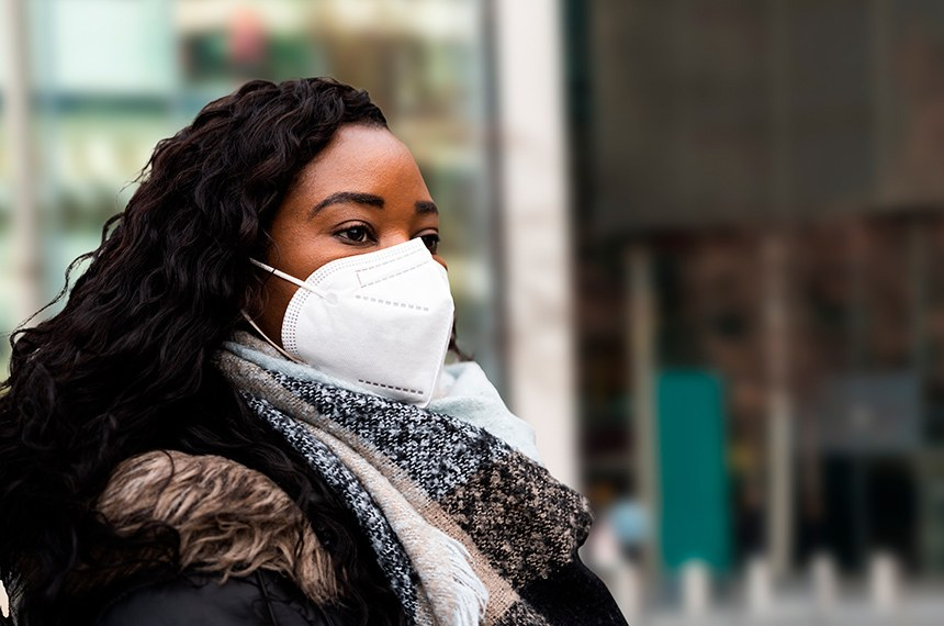 Países europeus já recomendam o uso da máscara PFF2 há algumas semanas para maior prevenção do coronavírus e suas variantes. PL vincula distribuição pelo SUS a beneficiários de programas do governo