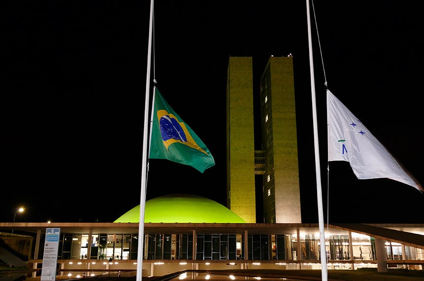 O senador por São Paulo faleceu nesta quinta-feira devido a complicações da covid-19