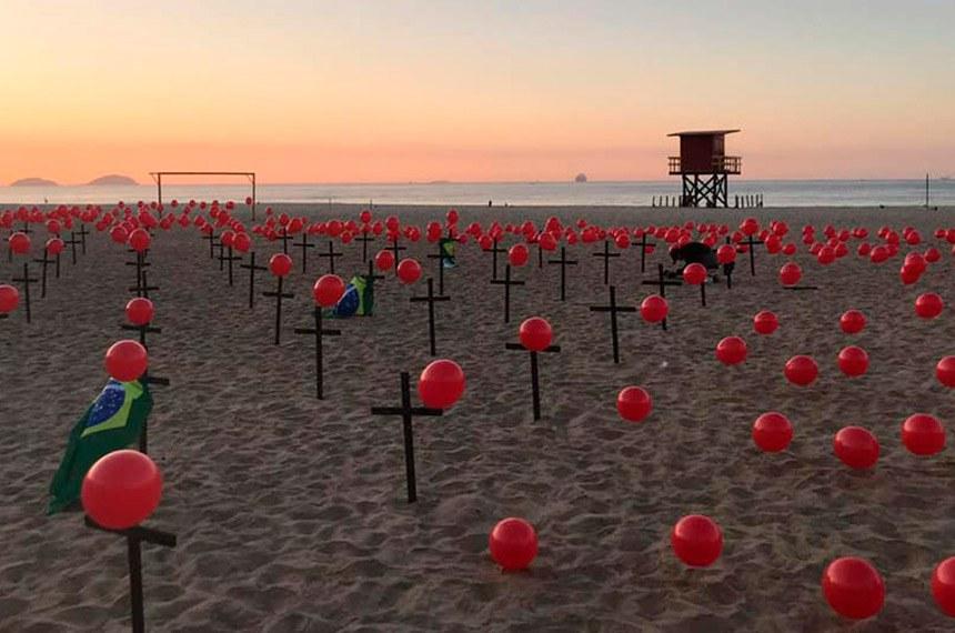 Rio de Janeiro RJ 08 08 2020- Ong Rio de Paz durante  manifestação em Copacabana em memória aos  100 mil brasileiros mortos que fecha hoje  pela Covid-19 no Brasil  Divulgação/Rio da Paz