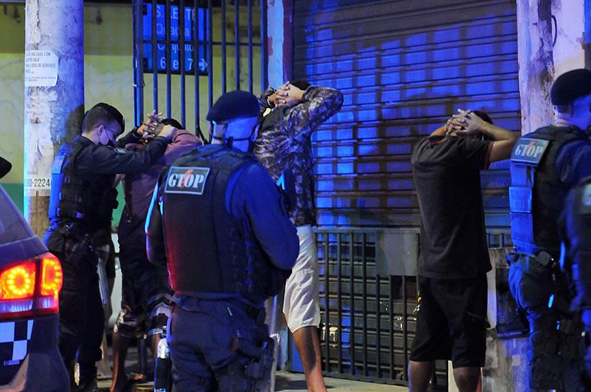 Combate ao tráfico de drogas na Estrutural Conhecida por sua alta taxa de criminalidade, a Estrutural se transformou na região mais segura do Distrital Federal na noite de terça-feira (23). Uma megaoperação capitaneada pela Secretaria de Segurança Pública praticamente zerou os índices de violência naquele dia. Fotos: Joel Rodrigues/Agência Brasília