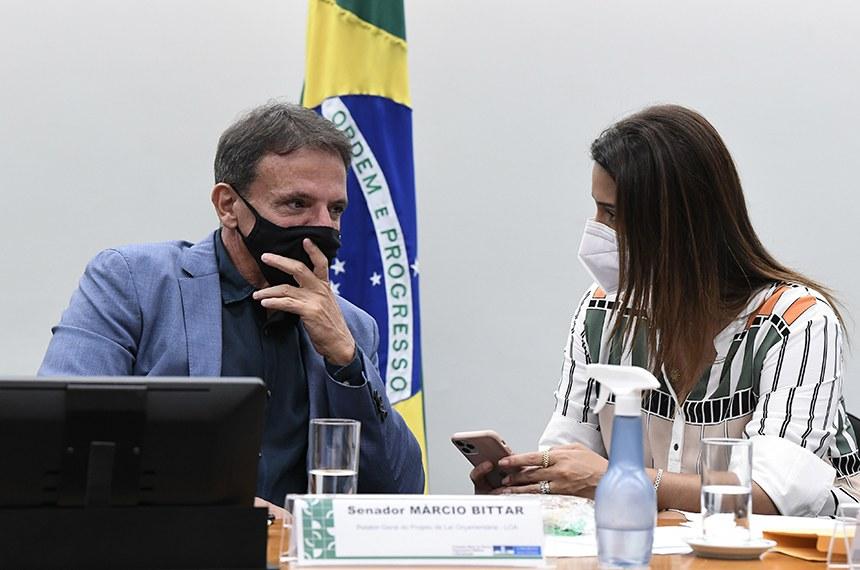 Comissão Mista de Planos, Orçamentos Públicos e Fiscalização (CMO) realiza reunião extraordinária semipresencial para apreciação do relatório do Comitê de Admissibilidade de Emendas (CAE) 1/2020; de relatórios setoriais e vários requerimentos.  Mesa: relator-geral do Prejeto de Lei Orçamentária (LOA), senador Marcio Bittar (MDB-AC);  presidente da CMO, deputada Flávia Arruda (PL-DF).  Foto: Jefferson Rudy/Agência Senado