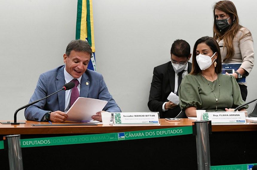 Comissão Mista de Planos, Orçamentos Públicos e Fiscalização (CMO) realiza reunião remota para analisar o Projeto de Lei do Congresso Nacional (PLN) 28/2020, que estabelece o Orçamento de 2021.  Mesa: relator-geral do Projeto de Lei Orçamentária (LOA), senador Marcio Bittar (MDB-AC), em pronunciamento; presidente da CMO, deputada Flávia Arruda (PL-DF).  Foto: Edilson Rodrigues/Agência Senado