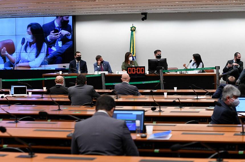 Comissão Mista de Planos, Orçamentos Públicos e Fiscalização (CMO) realiza reunião remota para analisar o Projeto de Lei do Congresso Nacional (PLN) 28/2020, que estabelece o Orçamento de 2021.  Mesa: relator-geral do Projeto de Lei Orçamentária (LOA), senador Marcio Bittar (MDB-AC);  presidente da CMO, deputada Flávia Arruda (PL-DF);  secretário da CMO, Walbinson Tavares de Araújo; vice-presidente da CMO, senadora Eliziane Gama (Cidadania-MA) - em pronunciamento.  Foto: Edilson Rodrigues/Agência Senado