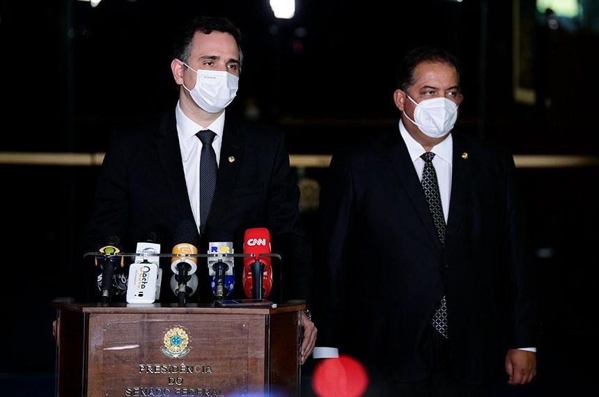Presidente do Senado, senador Rodrigo Pacheco (DEM-MG), concede entrevista. À direita, senador Eduardo Gomes (MDB-TO).  Foto: Pedro França/Agência Senado