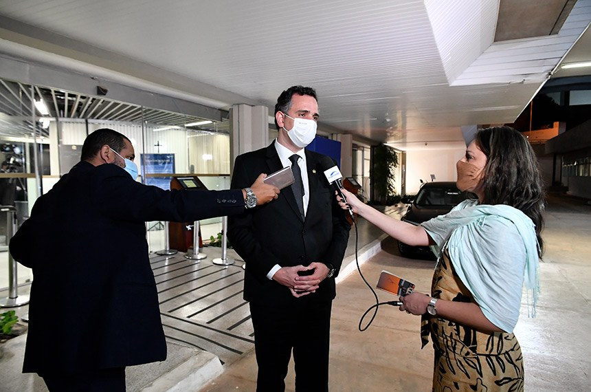 Presidente do Senado Federal, senador Rodrigo Pacheco (DEM-MG), concede entrevista após sessão do Congresso, em que os senadores aprovaram o Projeto de Lei Orçamentária para 2021 (PLN 28/2020).  Foto: Waldemir Barreto/Agência Senado