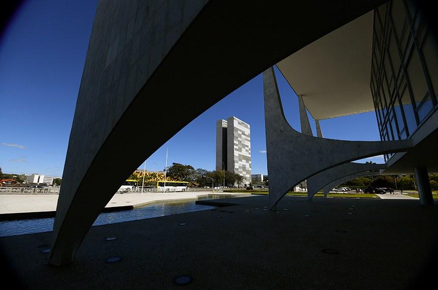Imagens de Brasília - Colunas da fachada do Palácio do Planalto com vista para o prédio do Congresso Nacional.   Foto: Marcos Oliveira/Agência Senado