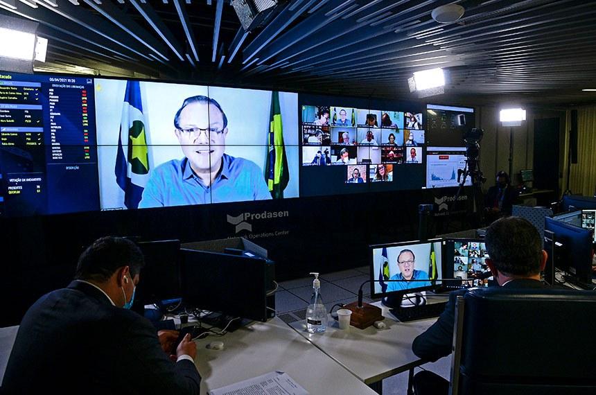 Sessão Deliberativa Remota (SDR) do Senado Federal realizada a partir da sala de controle da Secretaria de Tecnologia da Informação (Prodasen).   Na ordem do dia, PL 639/2021 que prorroga o prazo para a apresentação da Declaração de Imposto de Renda referente ao exercício de 2021, ano-calendário de 2020; PL 4.815/2019 que dispõe sobre a implementação de ações de prevenção ao suicídio entre profissionais de segurança pública e defesa social; e PL 2.981/2020 que concede prioridade no recebimento da restituição do imposto de renda aos trabalhadores da área de saúde e aos contribuintes que perderam o emprego em 2020 e permaneciam desempregados no último dia de entrega da declaração.   Senador Wellington Fagundes (PL-MT); em pronunciamento via videoconferência.   Presidente do Senado Federal, senador Rodrigo Pacheco (DEM-MG), conduz sessão.   Foto: Pedro França/Agência Senado