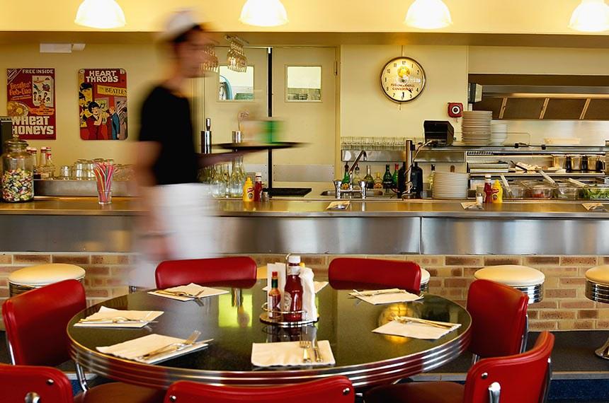 Dentro do restaurante americano Tom's Cantine