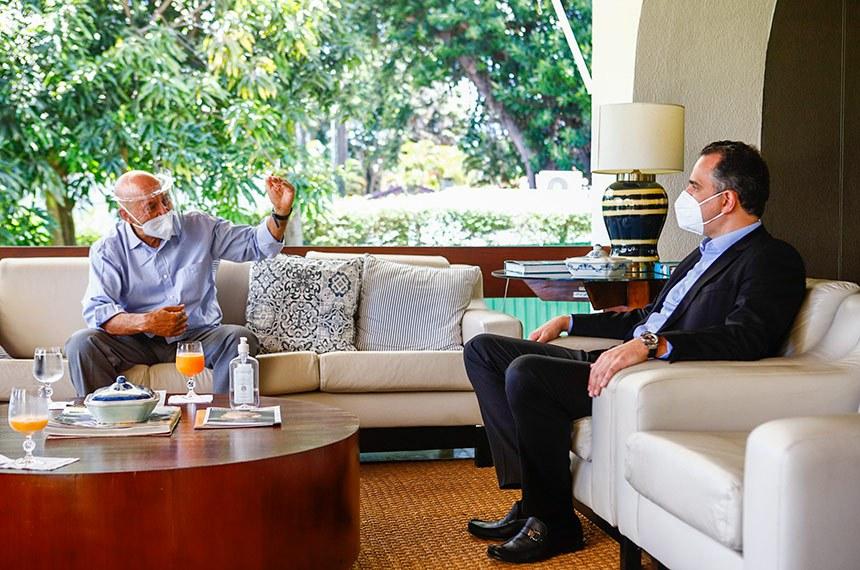 10.04.2021 O presidente do Senado Federal, Rodrigo Pacheco, recebe o senador Confúcio Moura, presidente da CTCOVID, na residência oficial do Senado