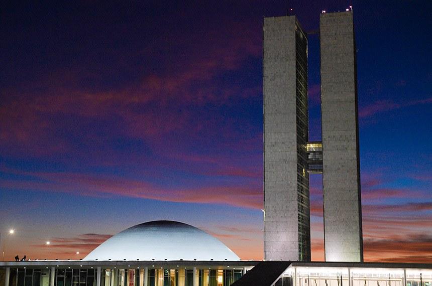 Fachada do Congresso Nacional, a sede das duas Casas do Poder Legislativo brasileiro, durante o amanhecer.  As cúpulas abrigam os plenários da Câmara dos Deputados (côncava) e do Senado Federal (convexa), enquanto que nas duas torres - as mais altas de Brasília, com 100 metros - funcionam as áreas administrativas e técnicas que dão suporte ao trabalho legislativo diário das duas instituições.  Obra do arquiteto Oscar Niemeyer.   Foto: Pedro França/Agência Senado