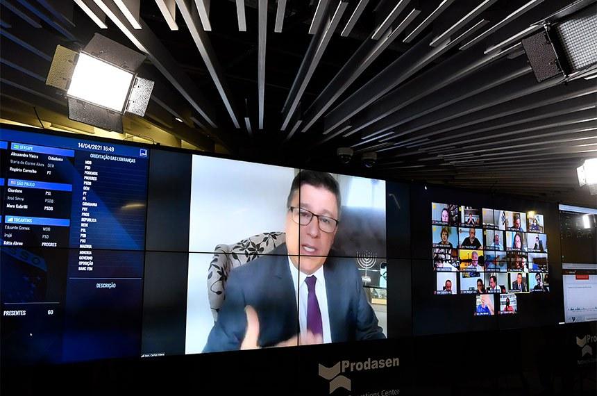 Sessão Deliberativa Remota (SDR) do Senado Federal realizada a partir da sala de controle da Secretaria de Tecnologia da Informação (Prodasen).   Na ordem do dia, permissão para que jornalistas optem pelo recolhimento de tributos como microempreendedores individuais por meio do Simples Nacional (PLP 30/2021).   Relator do PLP 30/2021, senador Carlos Viana (PSD-MG), em pronunciamento via videoconferência.   Foto: Leopoldo Silva/Agência Senado