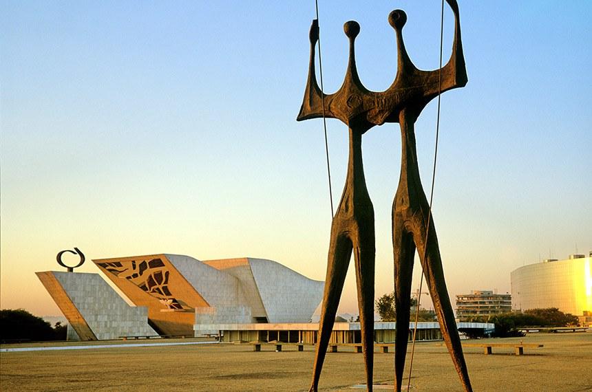 A escultura Os Guerreiros de Bruno Giorgi, mais conhecido como Os Dois Candangos, é considerado um símbolo de Brasília. Uma das mais modernas capitais do mundo a cidade foi projetada por Oscar Niemeyer e Lúcio Costa na segunda metade da década de 50, se tornou a capital do país em 21 de abril de 1960 e já é classificada como Patrimônio Cultural da Humanidade. Brasília (DF). 1999. Foto: Christian Knepper / Embratur