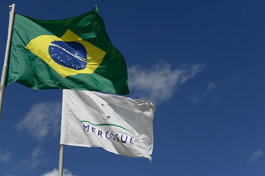 Bandeiras do Brasil e do Mercosul.   Foto: Marcos Oliveira/Agência Senado