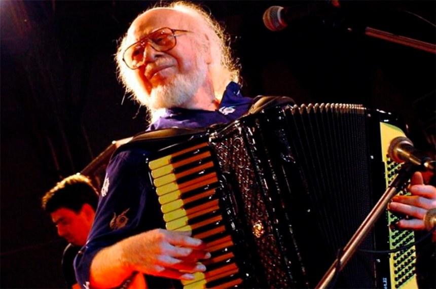 O músico Severino Dias, mais conhecido como Sivuca tocando sanfona.