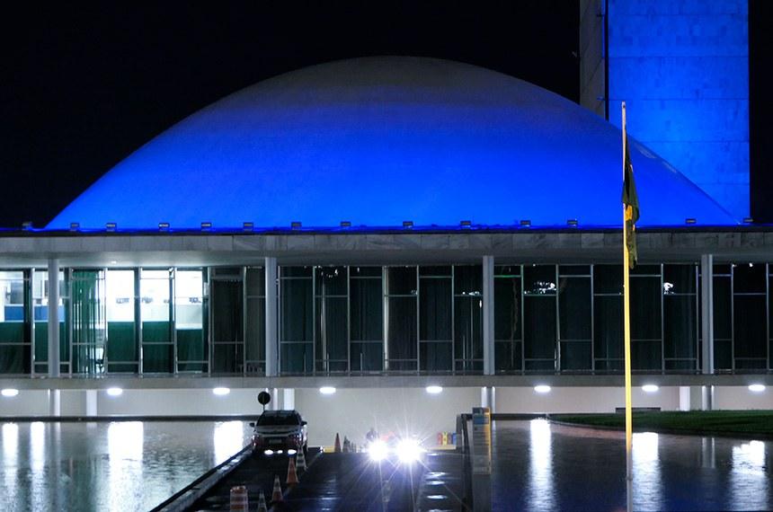 Congresso Nacional recebe iluminação azul em apoio à campanha Novembro Azul, de conscientização sobre a importância do diagnóstico precoce do câncer de próstata.  Foto: Roque de Sá/Agência Senado