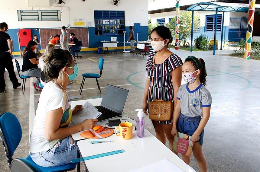 Manaus – Alunos da Escola Sergio Pessoa recebem kit do Hora da Merenda  Foto: Ione Moreno/Semcom