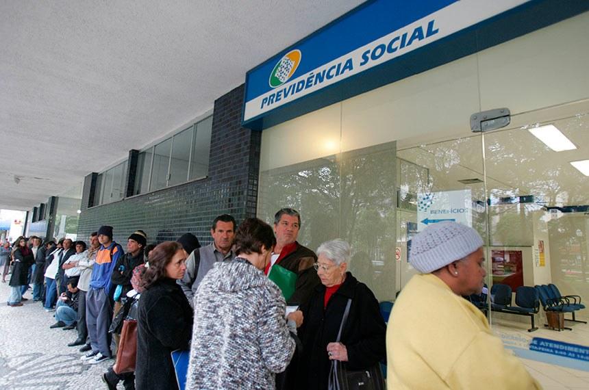 Crédito: Aniele Nascimento/ Gazeta do Povo Data: ? Local: Curitiba -PR Palavras-chave: previdencia social, aposentado, inss.  Fila nas Agência da Previdência Social (APS).