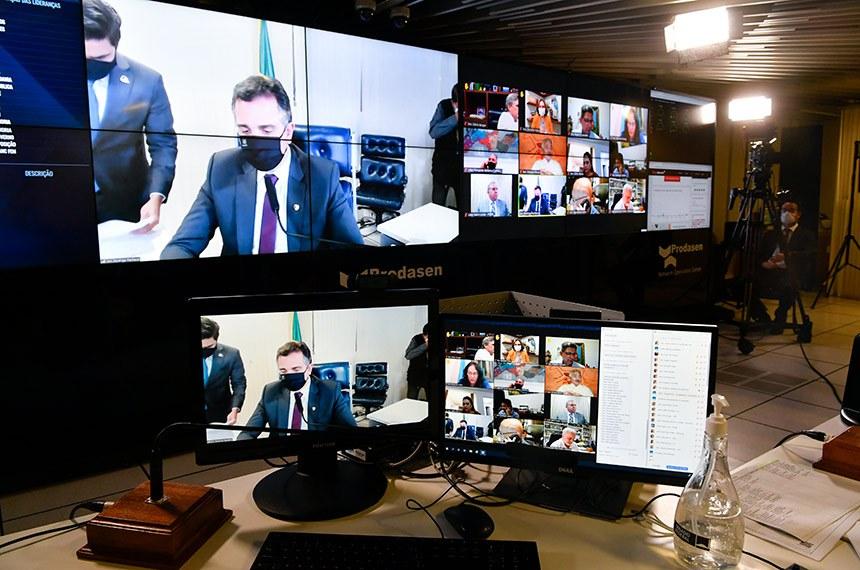 Sessão Deliberativa Remota (SDR) do Senado Federal realizada a partir da sala de controle da Secretaria de Tecnologia da Informação (Prodasen).   Na ordem do dia, seis (6) itens na pauta. Entre eles, o PLP 30/2021 que permite que os jornalistas sejam incluídos como microempreendedores individuais e acordos internacionais; e PDL 50/2019 que aprova o texto do Protocolo Adicional ao Tratado de Amizade, Cooperação e Consulta entre a República Federativa do Brasil e a República Portuguesa, que Cria o Prêmio Monteiro Lobato de Literatura para a Infância e a Juventude, assinado em Salvador, em 5 de maio de 2017.   Presidente do Senado Federal, senador Rodrigo Pacheco (DEM-MG), conduz sessão.   Foto: Leopoldo Silva/Agência Senado