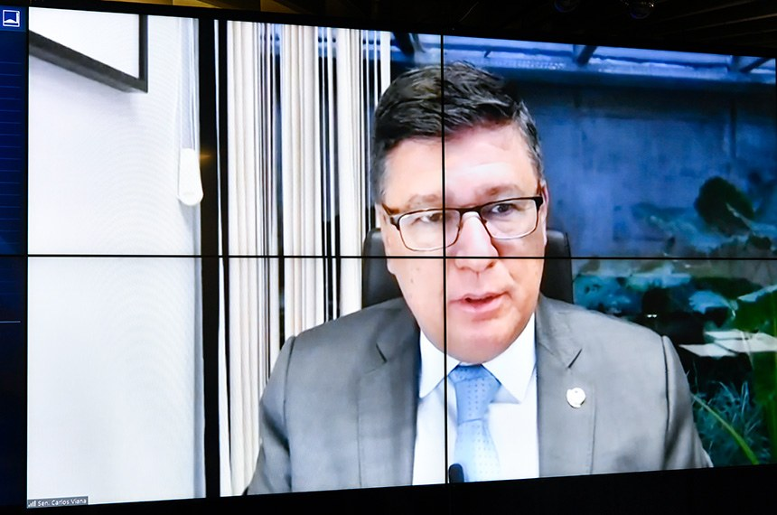 Sessão Deliberativa Remota (SDR) do Senado Federal realizada a partir da sala de controle da Secretaria de Tecnologia da Informação (Prodasen).   Na ordem do dia, seis (6) itens na pauta. Entre eles, o PLP 30/2021 que permite que os jornalistas sejam incluídos como microempreendedores individuais e acordos internacionais; e PDL 50/2019 que aprova o texto do Protocolo Adicional ao Tratado de Amizade, Cooperação e Consulta entre a República Federativa do Brasil e a República Portuguesa, que Cria o Prêmio Monteiro Lobato de Literatura para a Infância e a Juventude, assinado em Salvador, em 5 de maio de 2017.   Relator do PLP 30/2021, senador Carlos Viana (PSD-MG), em pronunciamento via videoconferência.   Foto: Leopoldo Silva/Agência Senado