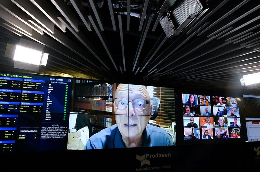 Sessão Deliberativa Remota (SDR) do Senado Federal realizada a partir da sala de controle da Secretaria de Tecnologia da Informação (Prodasen).   Na ordem do dia, seis (6) itens na pauta. Entre eles, o PLP 30/2021 que permite que os jornalistas sejam incluídos como microempreendedores individuais e acordos internacionais; e PDL 50/2019 que aprova o texto do Protocolo Adicional ao Tratado de Amizade, Cooperação e Consulta entre a República Federativa do Brasil e a República Portuguesa, que Cria o Prêmio Monteiro Lobato de Literatura para a Infância e a Juventude, assinado em Salvador, em 5 de maio de 2017.   Relator do PDL 634/2019, senador Esperidião Amin (PP-SC), em pronunciamento via videoconferência.   Foto: Leopoldo Silva/Agência Senado