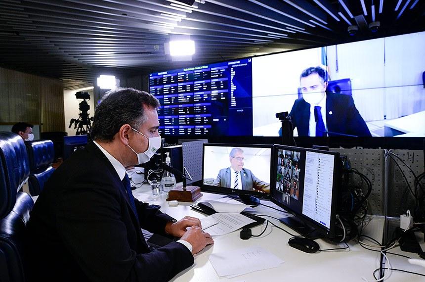 Sessão Deliberativa Remota (SDR) do Senado Federal realizada a partir da sala de controle da Secretaria de Tecnologia da Informação (Prodasen).   Na ordem do dia, sete (07) itens na pauta. Entre eles: PL 12/2021 que suspende a obrigação do Brasil de cumprir as seções do Acordo sobre os Aspectos dos Direitos de Propriedade Intelectual Relacionados ao Comércio (Acordo TRIPS) que dispõem sobre direito do autor, desenhos industriais, patentes e proteção de informação confidencial, para fins de combate à pandemia de Covid-19; PL 5.595/2020 que reconhece a educação básica e a educação superior, em formato presencial, como serviços e atividades essenciais e estabelece diretrizes para o retorno seguro às aulas presenciais; e PL 4.554/2020 (Substitutivo-CD) que altera o Código Penal, para tornar mais graves os crimes de violação de dispositivo informático, furto e estelionato cometidos de forma eletrônica ou pela internet, e o Código de Processo Penal, para definir a competência em modalidades de estelionato.   Presidente do Senado Federal, senador Rodrigo Pacheco (DEM-MG), conduz sessão.   Foto: Pedro França/Agência Senado