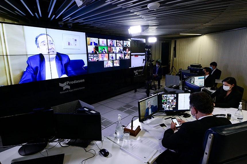 Sessão Deliberativa Remota (SDR) do Senado Federal realizada a partir da sala de controle da Secretaria de Tecnologia da Informação (Prodasen).   Na ordem do dia, sete (07) itens na pauta. Entre eles: PL 12/2021 que suspende a obrigação do Brasil de cumprir as seções do Acordo sobre os Aspectos dos Direitos de Propriedade Intelectual Relacionados ao Comércio (Acordo TRIPS) que dispõem sobre direito do autor, desenhos industriais, patentes e proteção de informação confidencial, para fins de combate à pandemia de Covid-19; PL 5.595/2020 que reconhece a educação básica e a educação superior, em formato presencial, como serviços e atividades essenciais e estabelece diretrizes para o retorno seguro às aulas presenciais; e PL 4.554/2020 (Substitutivo-CD) que altera o Código Penal, para tornar mais graves os crimes de violação de dispositivo informático, furto e estelionato cometidos de forma eletrônica ou pela internet, e o Código de Processo Penal, para definir a competência em modalidades de estelionato.   Relator do PL 5.043/2020, senador Jorge Kajuru (Podemos-GO) em pronunciamento via videoconferência.   Presidente do Senado Federal, senador Rodrigo Pacheco (DEM-MG), conduz sessão.   Foto: Pedro França/Agência Senado