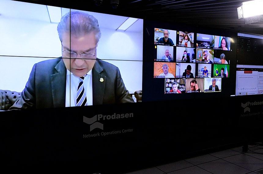 Sessão Deliberativa Remota (SDR) do Senado Federal realizada a partir da sala de controle da Secretaria de Tecnologia da Informação (Prodasen).   Na ordem do dia, sete (07) itens na pauta. Entre eles: PL 12/2021 que suspende a obrigação do Brasil de cumprir as seções do Acordo sobre os Aspectos dos Direitos de Propriedade Intelectual Relacionados ao Comércio (Acordo TRIPS) que dispõem sobre direito do autor, desenhos industriais, patentes e proteção de informação confidencial, para fins de combate à pandemia de Covid-19; PL 5.595/2020 que reconhece a educação básica e a educação superior, em formato presencial, como serviços e atividades essenciais e estabelece diretrizes para o retorno seguro às aulas presenciais; e PL 4.554/2020 (Substitutivo-CD) que altera o Código Penal, para tornar mais graves os crimes de violação de dispositivo informático, furto e estelionato cometidos de forma eletrônica ou pela internet, e o Código de Processo Penal, para definir a competência em modalidades de estelionato.  em pronunciamento via videoconferência.   Relator do PL 12/2021, senador Nelsinho Trad (PSD-MS) em pronunciamento via videoconferência.   Presidente do Senado Federal, senador Rodrigo Pacheco (DEM-MG), conduz sessão.   Participam via videoconferência: senador Rodrigo Pacheco (DEM-MG); senador Paulo Paim (PT-RS);  senador Esperidião Amin (PP-SC); senadora Rose de Freitas (MDB-ES); senadora Zenaide Maia (PROS-RN); senador Izalci Lucas (PSDB-DF);  senador Rogério Carvalho (PT-SE); senador Dário Berger (MDB-SC);  senador Carlos Viana (PSD-MG);  senador Alvaro Dias (Podemos-PR); senador Elmano Férrer (PP-PI);  senador Eduardo Braga (MDB-AM); senador Marcos do Val (Podemos-ES); senador Paulo Rocha (PT-PA)  Foto: Pedro França/Agência Senado
