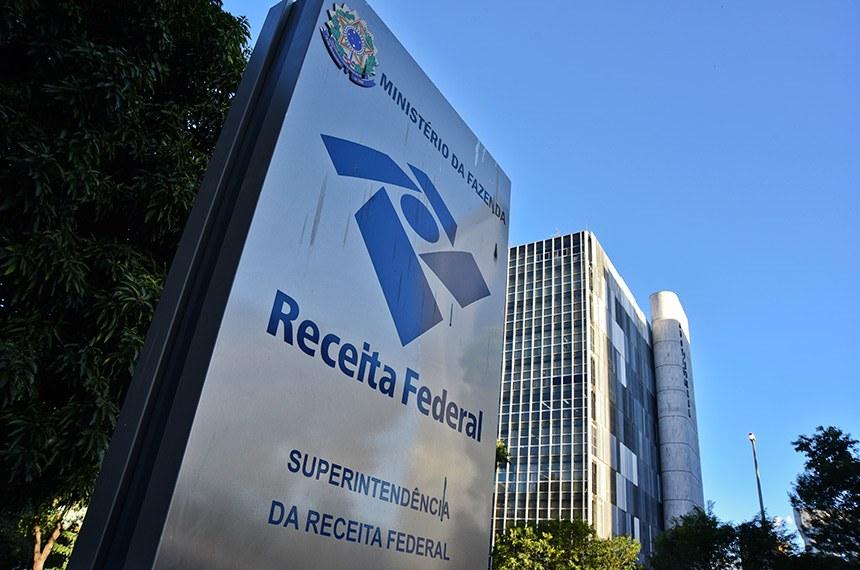 Prédio da Receita Federal.   Placa de indicação.   Foto: Pillar Pedreira/Agência Senado