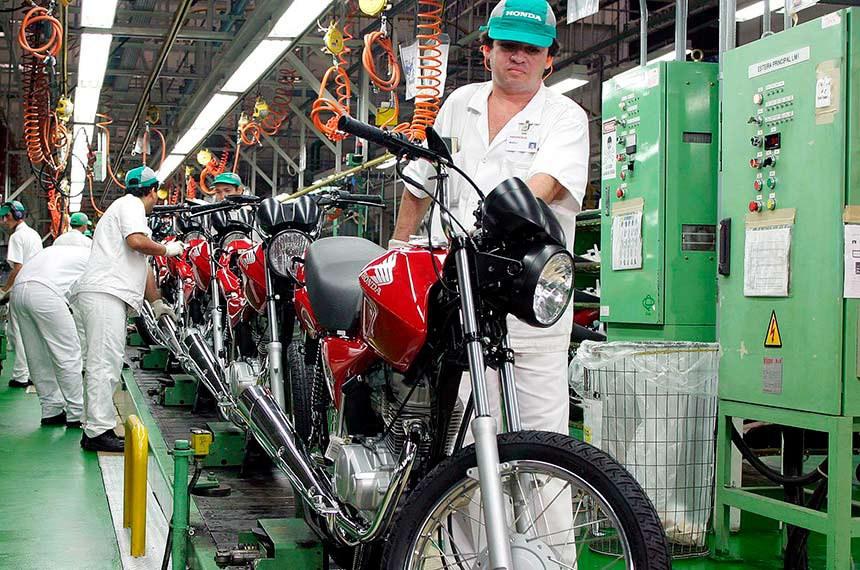 Manaus (AM) - Funcionários da fábrica da Honda, em Manaus, trabalham na montagem das motos CG 150cc Titan, produzidas pela empresa. Foto: Atônio Milena/ABr