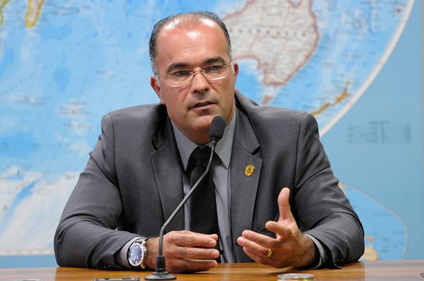 Diretor da Polícia do Senado Federal , Pedro Ricardo Araújo Carvalho, em pronunciamento à mesa da sala de reunião administrativa para discutir preparativos da posse presidencial 2015.