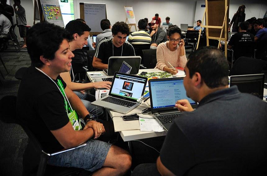 Startup Weekend Brasília, evento promovido pelo Sebrae, une empreendedores, desenvolvedores, designers e entusiastas para compartilhar idéias, formar equipes e criar startups (Marcelo Camargo/Agência Brasil)