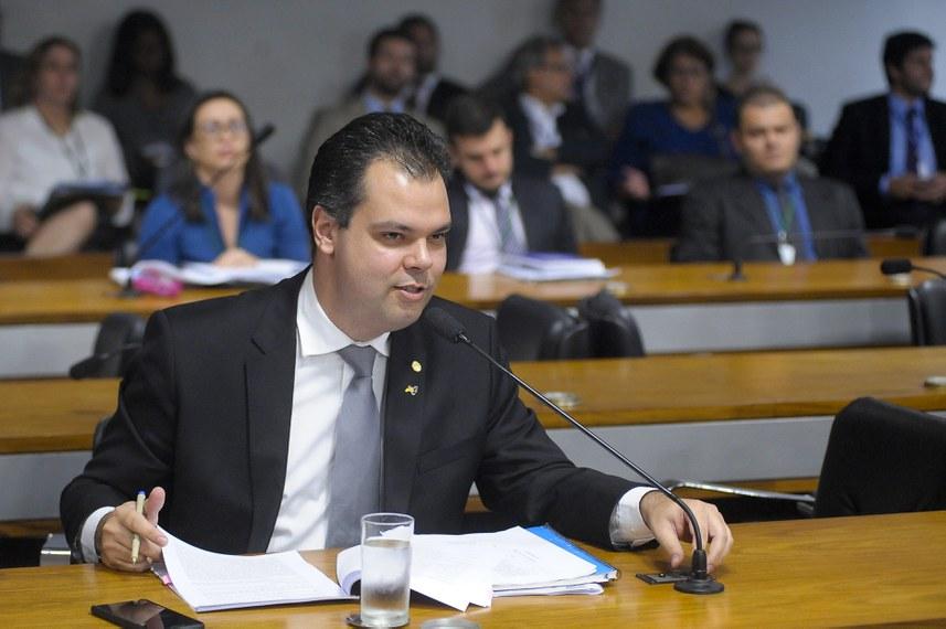 Bruno Covas foi deputado federal antes de ser eleito vice-prefeito de São Paulo. Na foto, participa, em 2016, de reunião de comissão mista no Senado Federal