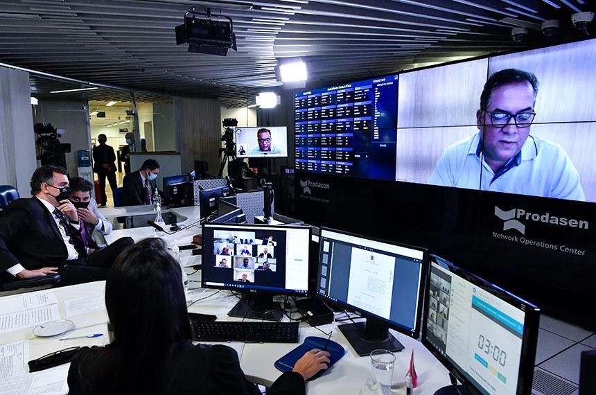Sessão Deliberativa Remota (SDR) do Senado Federal realizada a partir da sala de controle da Secretaria de Tecnologia da Informação (Prodasen).   Na ordem do dia, o Projeto de Lei de Conversão (PLV) 4/2021 que prevê ampla renegociação de dívidas junto aos Fundos Constitucionais do Norte, Nordeste e Centro-Oeste, e o PL 1.473/2021, que busca a retomada das audiências de custódia por videoconferência durante a pandemia. Plenário analisa ainda o PL 3.814/2020, que obriga o Sistema Único de Saúde (SUS) a manter plataforma digital única com informações de saúde dos pacientes, e o substitutivo da Câmara ao PL 598/2019, que institui a Semana Escolar de Combate à Violência contra a Mulher.    Relator do PL 3.814/2020, senador Eduardo Gomes (MDB-TO), em pronunciamento via videoconferência.    Mesa: presidente do Senado Federal, senador Rodrigo Pacheco (DEM-MG), conduz sessão; senador Marcos Rogério (DEM-RO). Presidente do Senado Federal, senador Rodrigo Pacheco (DEM-MG), conduz sessão.   Foto: Waldemir Barreto/Agência Senado