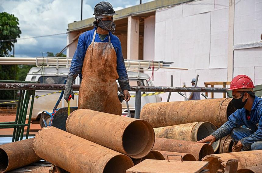 Brasília / DF – 25/01/2020 – Trabalhador da Construção Civil manuseia equipamento para concretar fundação.