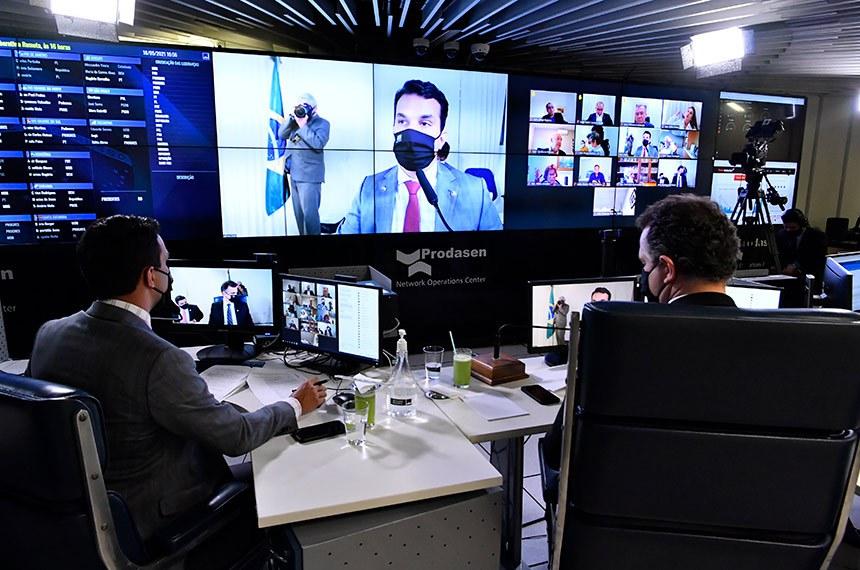 Sessão Deliberativa Remota (SDR) do Senado Federal realizada a partir da sala de controle da Secretaria de Tecnologia da Informação (Prodasen).   Na ordem do dia, o Projeto de Lei de Conversão (PLV) 4/2021 que prevê ampla renegociação de dívidas junto aos Fundos Constitucionais do Norte, Nordeste e Centro-Oeste, e o PL 1.473/2021, que busca a retomada das audiências de custódia por videoconferência durante a pandemia. Plenário analisa ainda o PL 3.814/2020, que obriga o Sistema Único de Saúde (SUS) a manter plataforma digital única com informações de saúde dos pacientes, e o substitutivo da Câmara ao PL 598/2019, que institui a Semana Escolar de Combate à Violência contra a Mulher.    Relator do PLV 4/2021, senador Irajá (PSD-TO), profere parecer.  Presidente do Senado Federal, senador Rodrigo Pacheco (DEM-MG), conduz sessão.   Foto: Waldemir Barreto/Agência Senado