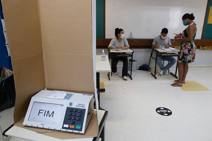 os moradores da Rocinha votam nas seções eleitorais