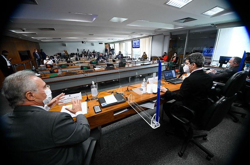 Comissão Parlamentar de Inquérito da Pandemia (CPIPANDEMIA) realiza continuação do depoimento do ex-ministro da Saúde. O objetivo é obter respostas sobre a conduta do ex-ministro nos dez meses em que esteve à frente do ministério, em pontos como postura governamental, isolamento social, vacinação, colapso em Manaus e omissão de dados.   O grande número de senadores inscritos para fazer perguntas e o início de votações no Plenário do Senado fizeram o presidente da CPI da Pandemia interromper o depoimento do ex-ministro ontem (19) e retomá-lo na manhã desta quinta-feira (20).   Mesa:  ex-ministro da Saúde, general Eduardo Pazuello;  vice-presidente da CPIPANDEMIA, senador Randolfe Rodrigues (Rede-AP);  relator da CPIPANDEMIA, senador Renan Calheiros (MDB-AL) - em pronunciamento.   Foto: Marcos Oliveira/Agência Senado