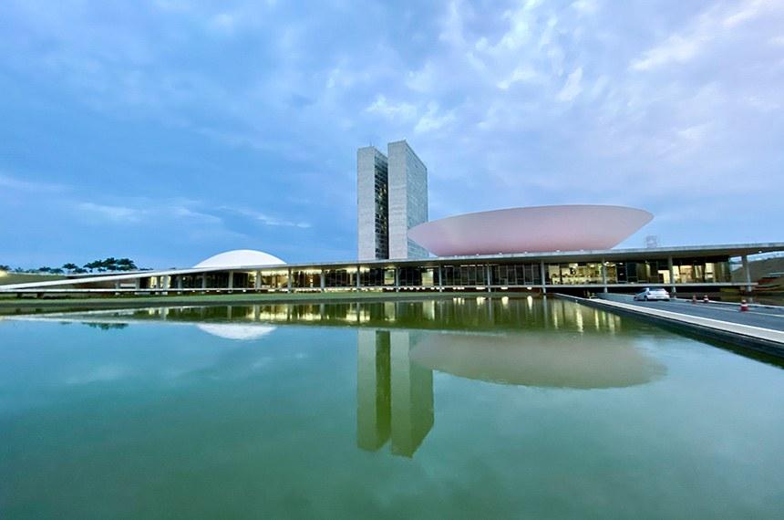 Fachada do Congresso Nacional, a sede das duas Casas do Poder Legislativo brasileiro.  As cúpulas abrigam os plenários da Câmara dos Deputados (côncava) e do Senado Federal (convexa), enquanto que nas duas torres - as mais altas de Brasília, com 100 metros - funcionam as áreas administrativas e técnicas que dão suporte ao trabalho legislativo diário das duas instituições.  Obra do arquiteto Oscar Niemeyer.   Foto: Leonardo Sá/Agência Senado