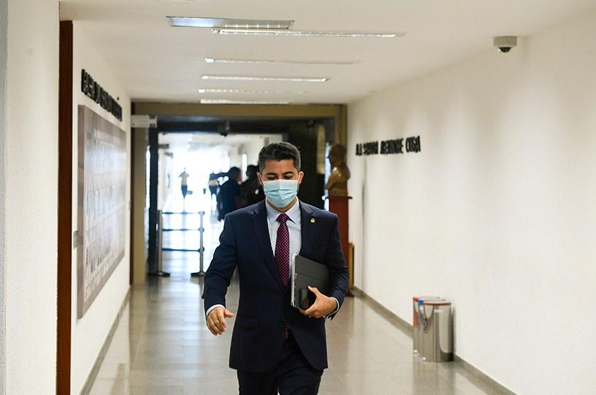 Comissão Parlamentar de Inquérito da Pandemia (CPIPANDEMIA) realiza oitiva do ex-secretário de Saúde do Amazonas.   O objetivo é esclarecer o colapso noestado no início de 2021, com falta de leitos e de oxigênio medicinal nos hospitais que recebiam pacientes com covid-19, e apurar sobre o desvio de dinheiro do combate à pandemia, a partir de suposta organização criminosa no estado.  Senador Marcos Rogério (DEM-RO) se encaminha para a sala das reuniões.  Foto: Edilson Rodrigues/Agência Senado