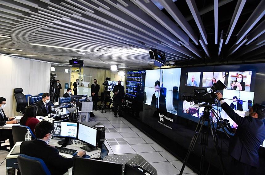 Sessão Deliberativa Remota (SDR) do Senado Federal realizada a partir da sala de controle da Secretaria de Tecnologia da Informação (Prodasen).   Na ordem do dia, medida provisória que dispensa limite de exportação para empresas de oxigênio localizadas em Zonas de Processamento de Exportação (ZPEs), para reforçar o abastecimento do mercado interno (MP 1.033/2021). Outra MP aumenta tributação de instituições financeiras (MP 1.034/2021). Também na pauta, proposta que suspende medidas de desocupação ou remoção de imóvel na pandemia (PL 827/2020) e projeto que autoriza produção de vacinas contra covid-19 em laboratórios veterinários (PL 1.343/2021). Último item da pauta aprova o texto de acordo entre Brasil e Barein sobre serviços aéreos, assinado em 14 de novembro de 2018 (PDL 697/2019).  Presidente do Senado Federal, senador Rodrigo Pacheco (DEM-MG), conduz sessão.   Foto: Waldemir Barreto/Agência Senado