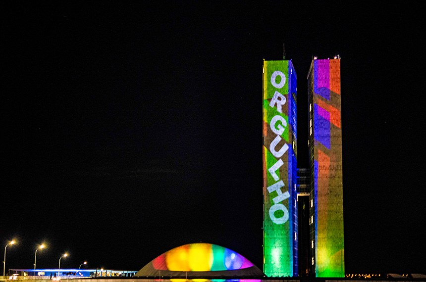 O Congresso Nacional recebe iluminação especial,nesta segunda-feira (28), das 20h às 21h, para celebrar o Dia do Orgulho LGBTQIA+. A iluminação lembra a bandeira do movimento LGBT, com múltiplas cores representando a diversidade em forma de arco-íris.   O Dia Internacional do Orgulho LGBTQIA+, é comemorado em 28 de junho em referência à Rebelião de Stonewall, ocorrida em 1969, quando gays, transexuais e drag queens protestaram contra uma ação violenta de policiais nova-iorquinos que queriam fechar um bar que reunia a comunidade.   Foto: Leopoldo Silva/Agência Senado