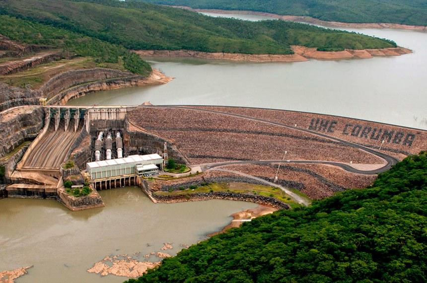 Situada no rio Corumbá, distante cerca de 30 km da cidade de Caldas Novas (GO), a Usina de Corumbá tem potência instalada de 375 MW, dividida em três unidades geradoras.  As obras desta usina foram iniciadas em 1982, pela Centrais Elétricas de Goiás (Celg), sendo transferidas para FURNAS em 1984. Nesta ocasião, as obras estavam paralisadas e só foram reiniciadas em junho de 1987, quando o nível máximo do reservatório foi limitado à elevação de 595 m.  A Usina de Corumbá faz parte do Programa Decenal de Obras do Setor Elétrico, aprovado pela Presidência da República. Apesar da preocupação da população local, o projeto da usina preserva as surgências termais na região de Caldas Novas, próxima ao aproveitamento. O lago formado pelo reservatório representa uma nova opção de turismo para a região. São 65 km², propiciando a prática de diversos esportes aquáticos.  Devido à sua localização privilegiada, Corumbá adiciona ganhos energéticos ao sistema interligado Sul / Sudeste / Centro-Oeste, sobretudo ao Distrito Federal. Sua integração à rede de transporte de energia é feita através das linhas de transmissão de 345 kV, que saem de sua subestação e chegam à subestação de Samambaia, localizada na Capital Nacional.  A Usina de Corumbá é a primeira usina de FURNAS telecomandada, ou seja, é operada remotamente da Usina de Itumbiara, localizada a 160 km de distância.