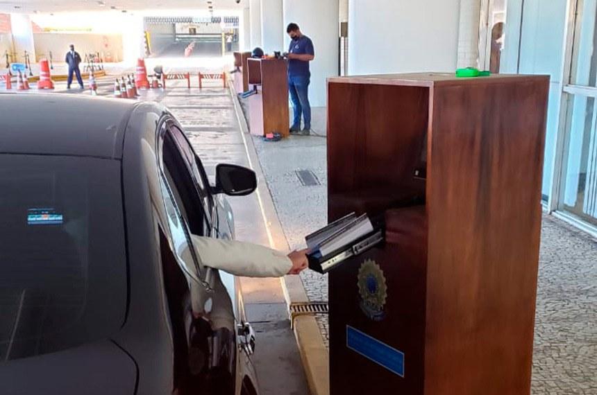 Urna eletrônica para votação em sistema drive thru.   Foto: Sérgio Bonifácio/Senado Federal